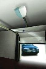 Ciche i szybkie napędy firmy Nice pozwalają sterować bramą bez wysiadania z samochodu.